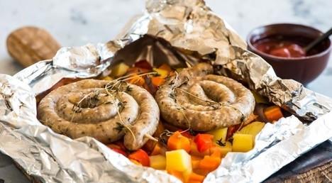 Жареные колбаски с овощами в фольге